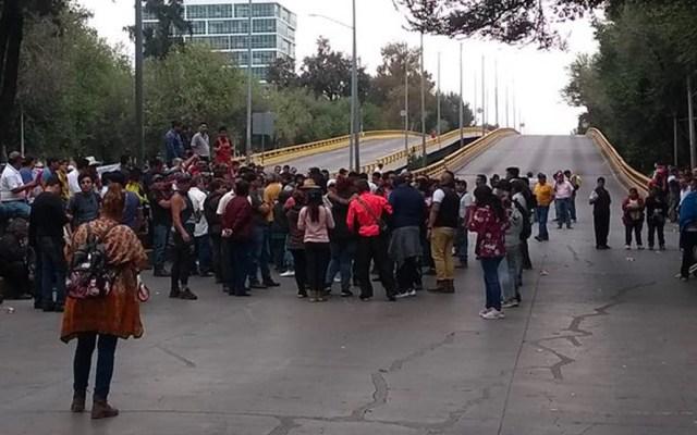 Continúa el bloqueo en Río Churubusco por trabajadores de la Central de Abasto - Bloqueo