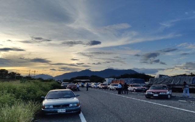 Sección 22 de la CNTE convoca a bloqueo indefinido de carreteras en Oaxaca - Bloqueo carretero de la CNTE. Foto de Río Oaxaca