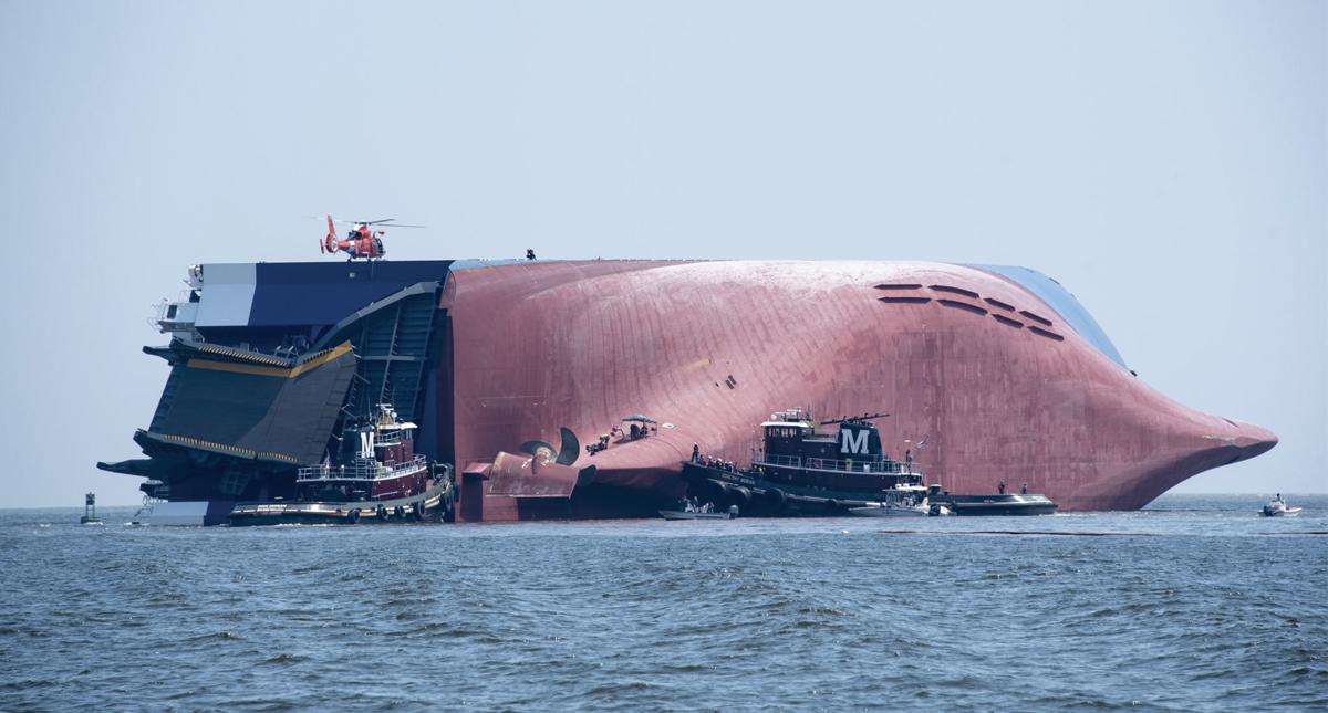 Salvan a cuatro marinos de buque que se incendió