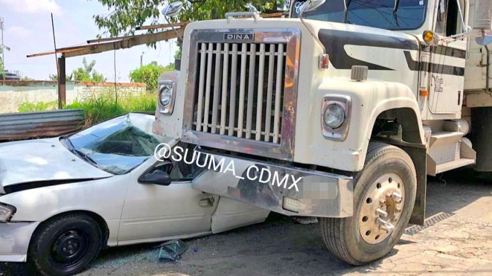Camión aplasta a auto en Álvaro Obregón con saldo de tres heridos - Camión aplasta a auto
