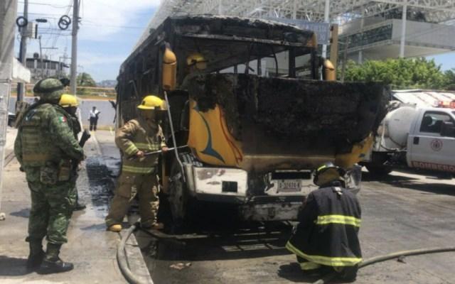 Grupo armado incendia camión de ruta en Acapulco - Foto de Quadratín