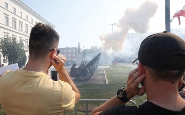 Polonia conmemora 80 aniversario del inicio de la II Guerra Mundial - Cañones disparados en Polonia, durante 80 aniversario de la II Guerra Mundial. Foto de EFE
