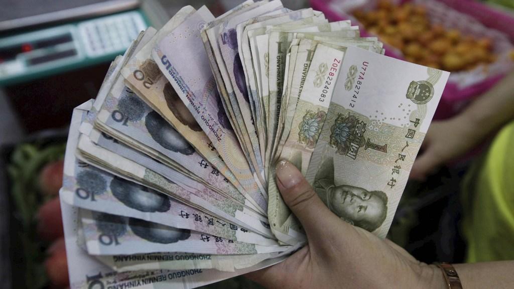 """EE.UU. elimina designación de China como """"manipulador de divisas"""" - China dinero billetes moneda"""