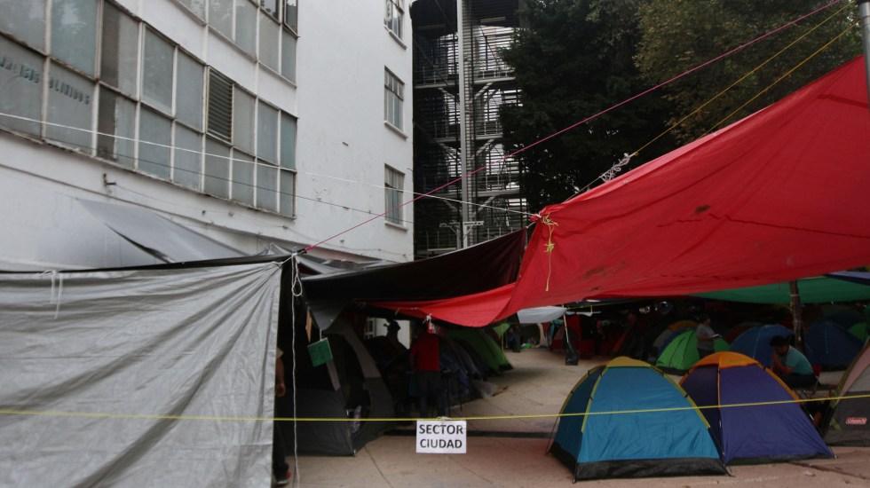 CNTE continúa plantón afuera del Senado de la República - Campamento de la CNTE afuera del Senado de la República. Foto de Notimex
