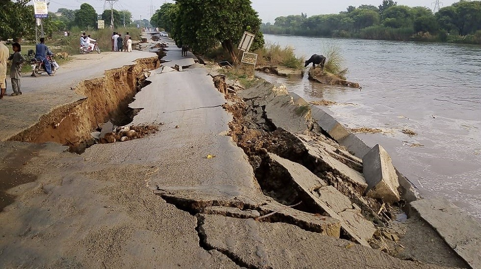 Asciende a 19 cifra de muertos por terremoto en Pakistán - Daños en carretera de Pakistán tras sismo. Foto Especial
