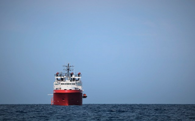 """Italia permite desembarcar a migrantes del """"Ocean Viking"""" en Lampedusa - desembarcan 82 migrantes del ocean viking en Lampedura, Italia"""