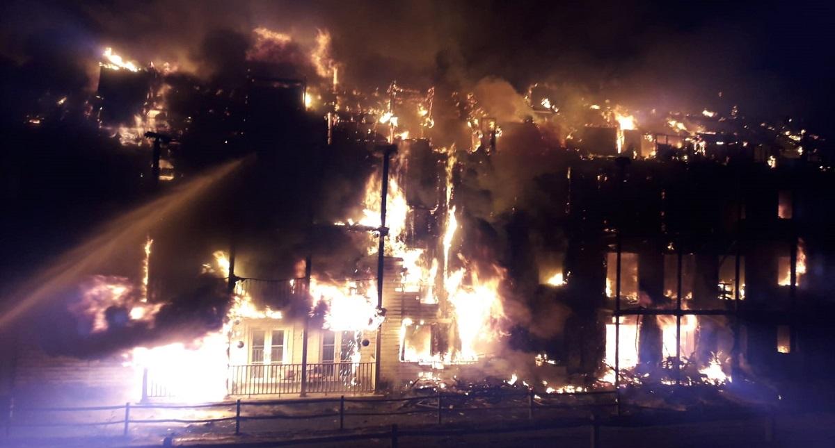 Edificio consumido por el fuego. Foto de @LondonFire