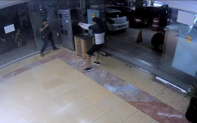 Ejecutan a hombre en estacionamiento de plaza comercial de Morelos - Ejecución de hombre en plaza comercial de Cuernavaca. Foto Especial