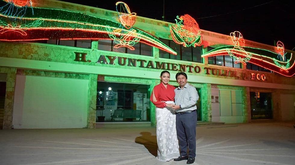Tulum cancela pirotecnia en festejos patrios a beneficio de mascotas - Encendido de adornos patrios en Ayuntamiento de Tulum. Foto de @VictorMasTulum