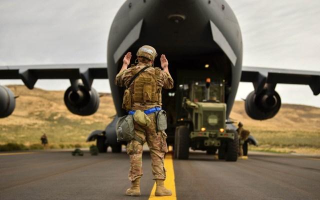 Estados Unidos enviará tropas a Arabia Saudita tras ataque a refinerías - Estados Unidos tropas avión ejército
