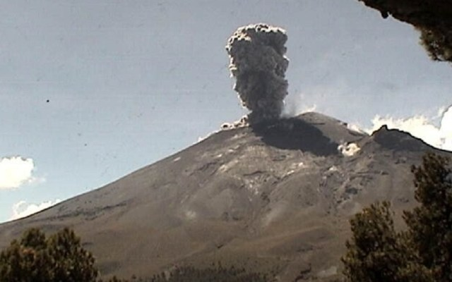 #Video Volcán Popocatépetl eleva columna de 2 km por explosión - Explosión de fragmentos incandescentes del Popocatépetl. Foto de @CNPC_MX