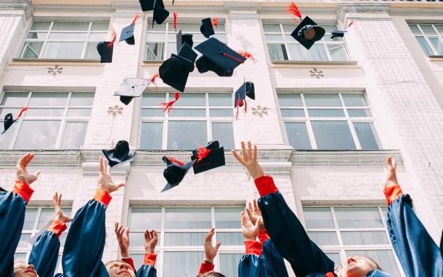 Titulados que viven en países de la OCDE ganan 57 por ciento más - Graduados de la Universidad. Foto de Vasily Koloda / Unsplash