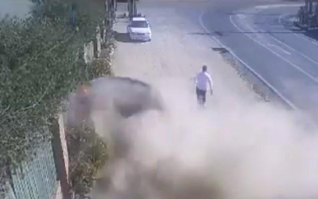 #Video Hombre se salva de ser arrollado por auto a toda velocidad - Hombre se salva de ser arrollado por auto en Chile. Captura de pantalla