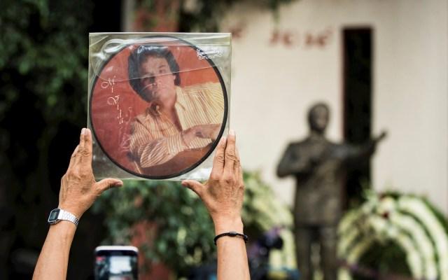 Anel, ex esposa de José José, reacciona ante la muerte del cantante - José José monumento Parque de la China