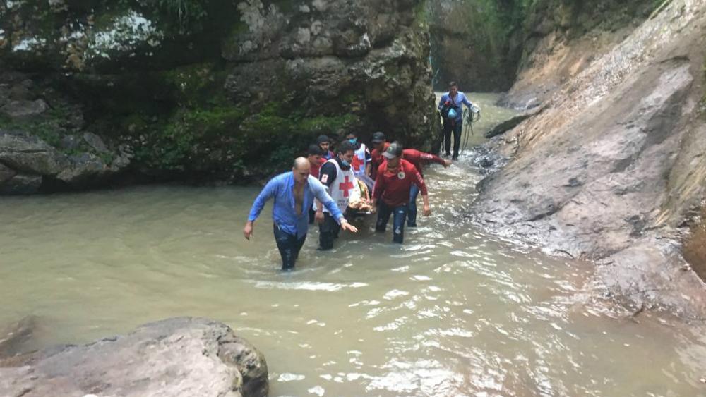Cae joven en cascada de 40 metros en Sinaloa por tomar fotos - Foto de Meganoticias