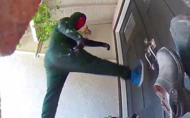 #Video Ladrones enmascarados patean puerta para robar casa en California - Ladrón captado por la cámara de seguridad