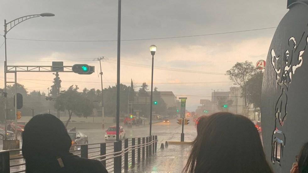 Continuarán lluvias fuertes por la tarde en el Valle de México - Lluvia en la CDMX. Foto de @acarrillomo