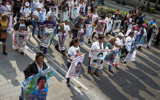 Familias de Ayotzinapa se reunirán con López Obrador este jueves - Marcha Normalistas ayotzinapa padres cinco años
