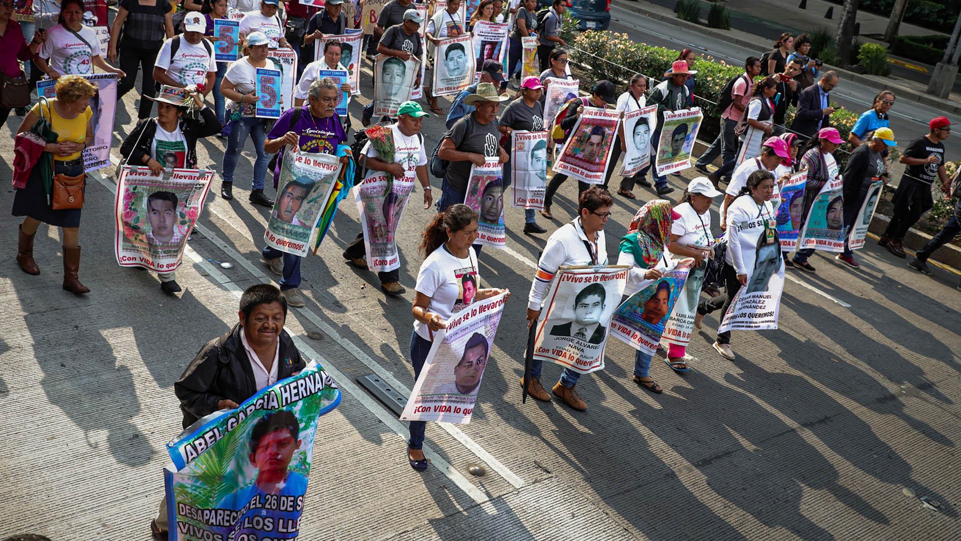 Marcha Normalistas ayotzinapa padres cinco años
