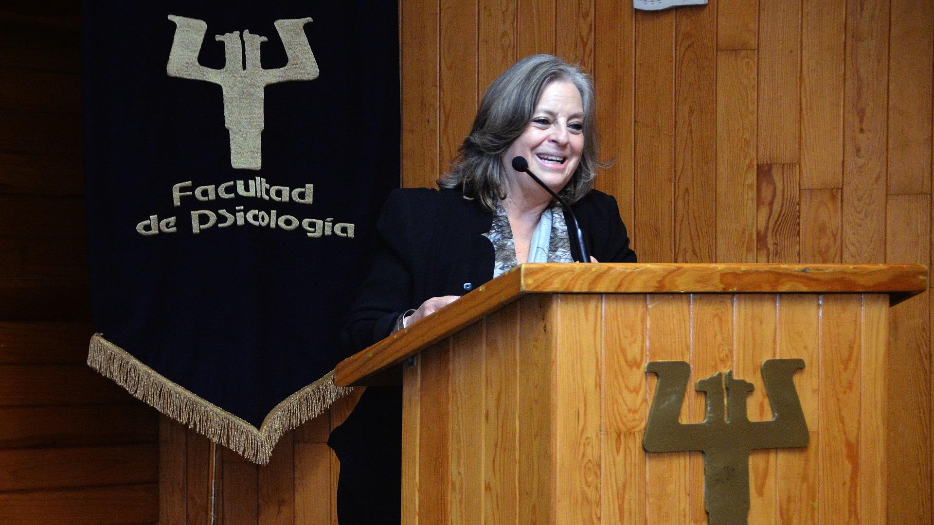María Elena Medina Mora-Icaza en conferencia. Foto de UNAM