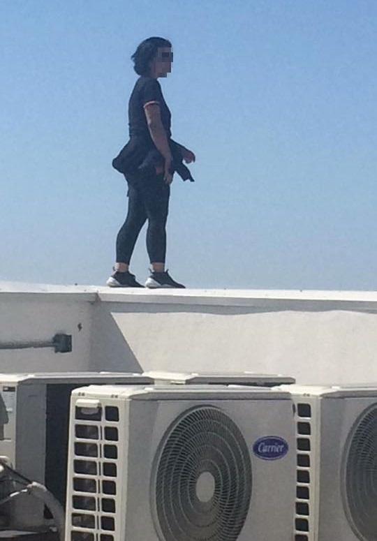 Mujer a punto de saltar de azotea de hotel. Foto de Ángel Gzlez Alpuche / Periódico Frontera