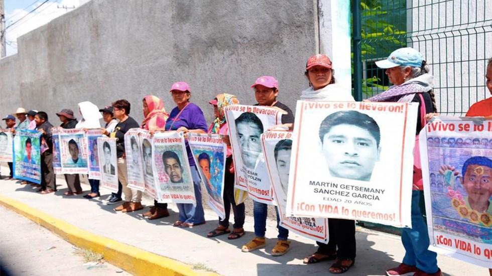 Normalistas vandalizan Palacio de Justicia de Iguala - padres de los 43 protestan en el palacio de justicia de iguala