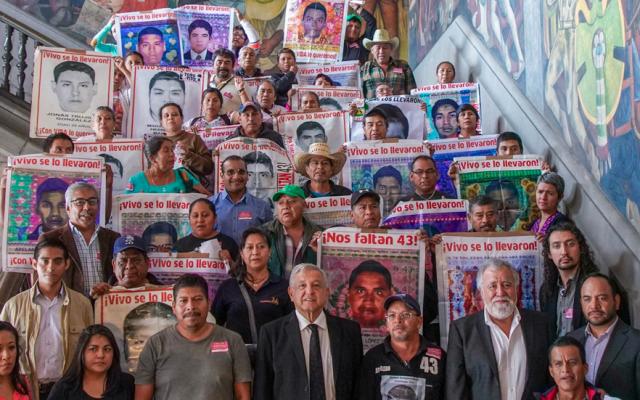 AMLO acuerda reuniones bimensuales con padres de normalistas de Ayotzinapa - caso Ayotzinapa