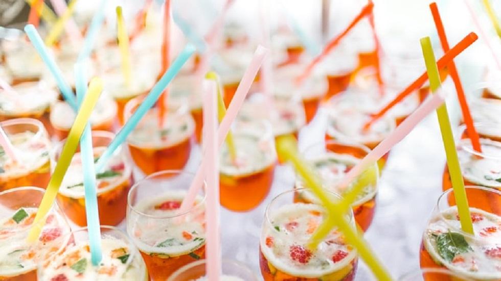 Popotes de plástico en cocteles. Foto de Tom Pumford / Unsplash
