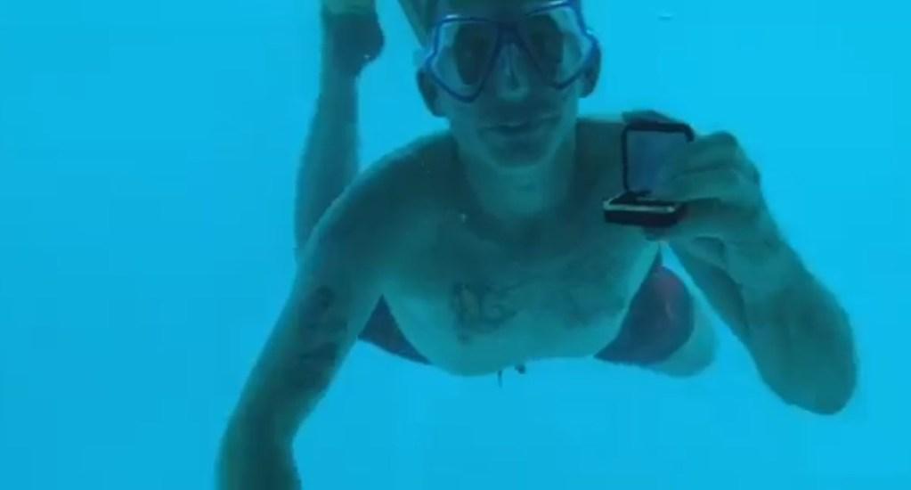 Hombre muere ahogado al proponerle matrimonio a su novia - Steven con anillo de compromiso para Kenesha. Captura de pantalla / @KeneshaAntoine