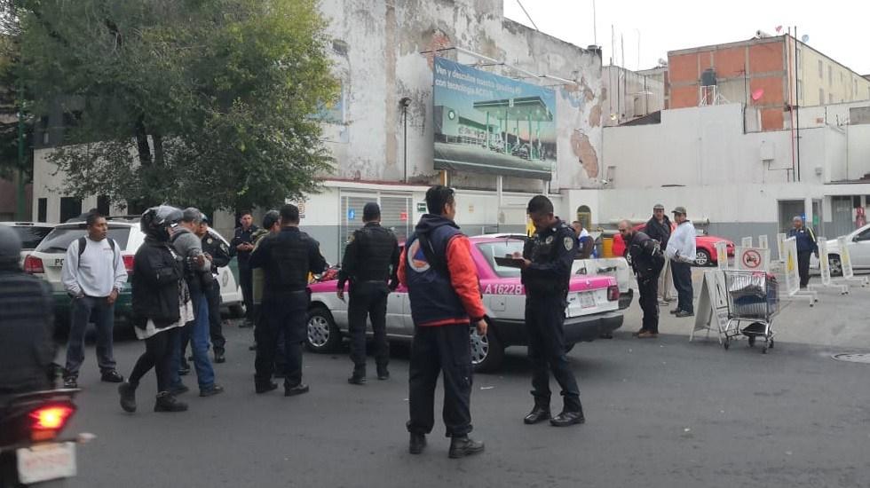 Muere hombre a bordo de taxi en la Ciudad de México - Taxi en el que murió un hombre, en la colonia Buenavista. Foto Especial