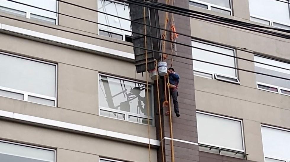 Rescatan a dos trabajadores que colgaban de andamio en Álvaro Obregón - trabajadores andamio