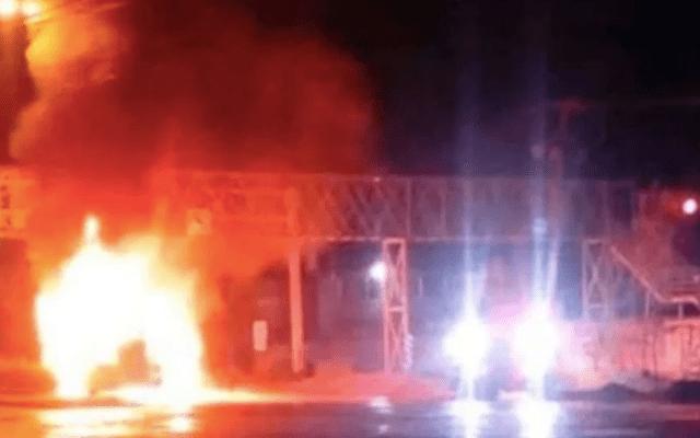 Hombres armados incendian dos tractocamiones en Celaya - Foto de Noticieros Televisa