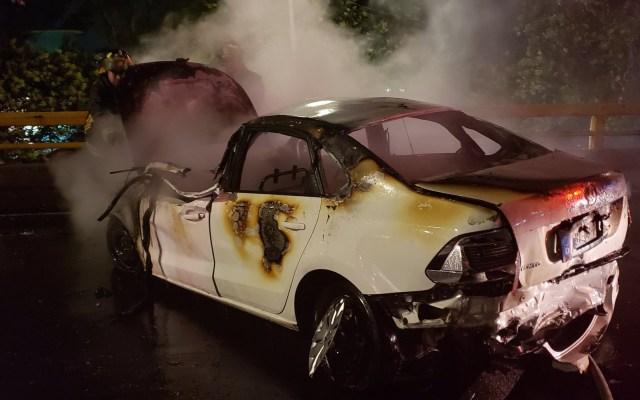 Auto se incendia tras carambola y conductor muere en Miguel Hidalgo - Un automóvil Vento se incendió al verse involucrado en una carambola. Foto de @XEMedica