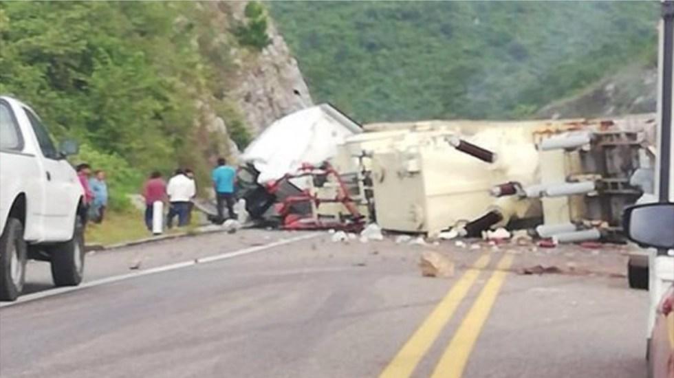 #Video Vuelca tráiler en la autopista Tuxtla Gutiérrez-San Cristóbal; no funciona rampa de emergencia - tráiler se sale de rampa de frenado y vuelca en autopista de chiapas