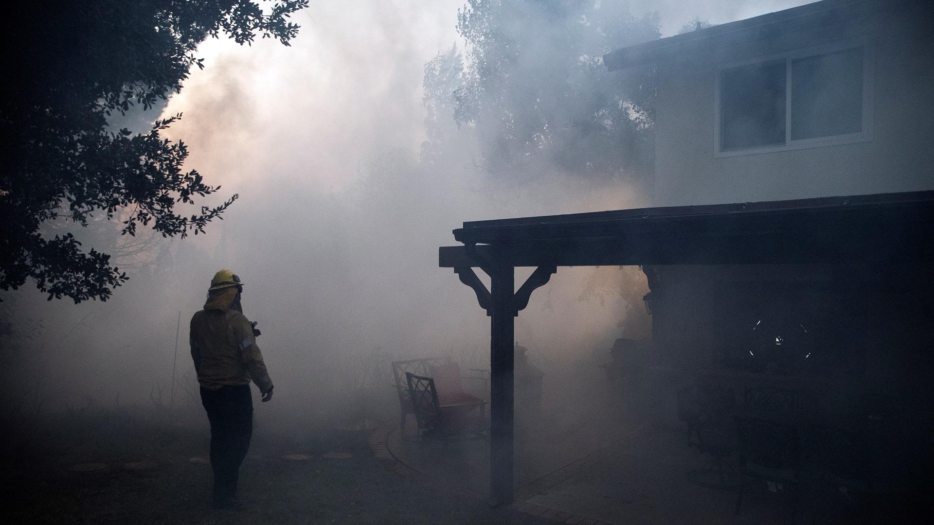 13 mil casas se ven en peligro por el fuego. Foto de EFE