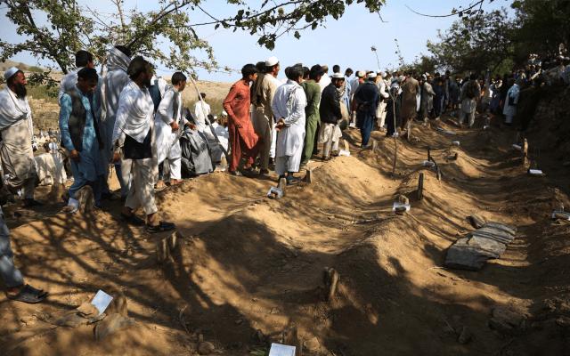 Funeral masivo tras ataque a una mezquita que dejó 65 muertos en Afganistán - afganistán