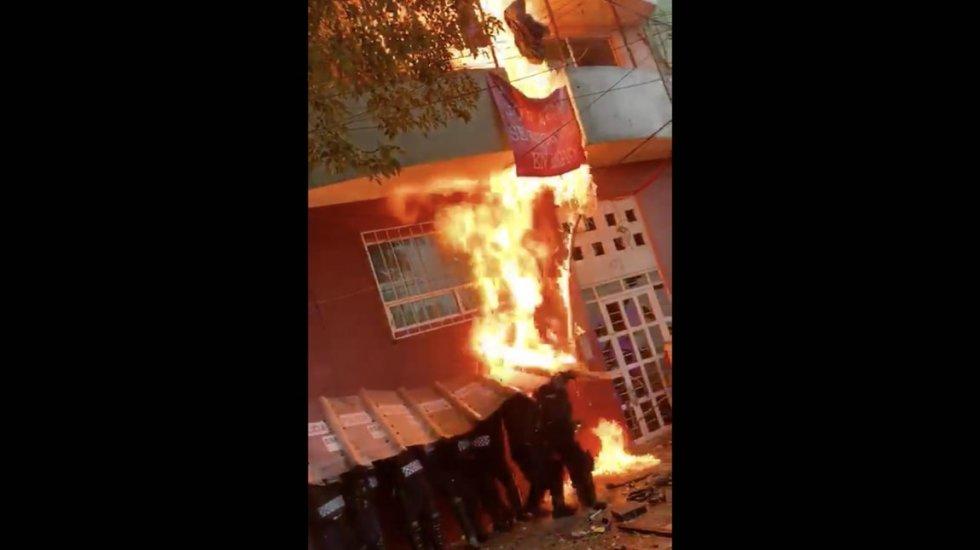 Lanzan agua hirviendo y prenden fuego a policías durante desalojo en Álvaro Obregón - Los hechos en el desalojo en Álvaro Obregón. Captura de pantalla.Los hechos en el desalojo en Álvaro Obregón. Captura de pantalla.