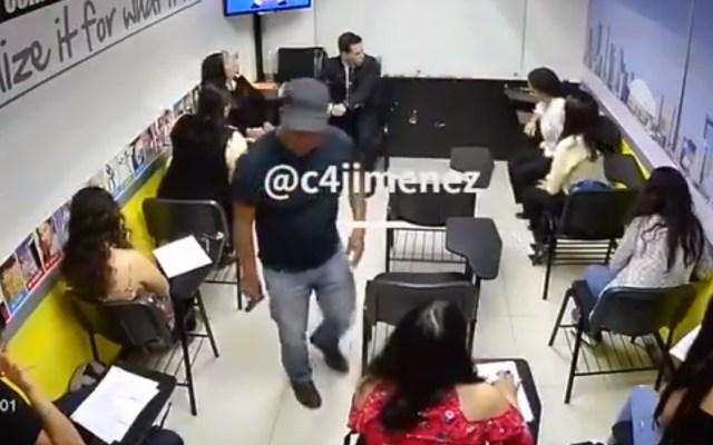 #Video Banda 'Los bilingües' asalta tres colegios de inglés en la CDMX - Asalto en Harmon Hall de la Benito Juárez. Captura de pantalla / @c4jimenez