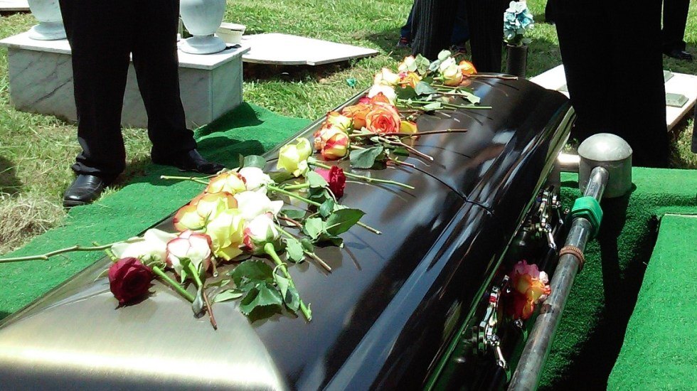 Descubren que mujer estaba viva al prepararla para su funeral - Ataúd. Foto de Rhodi Lopez / Unsplash