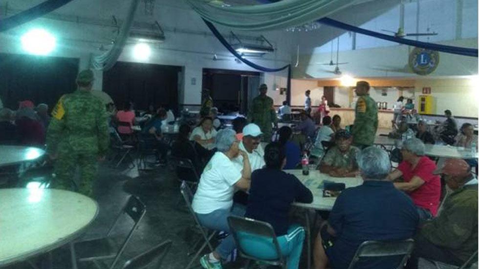 Auxilio a población canalizada a un albergue de Sinaloa. Foto de Sedena