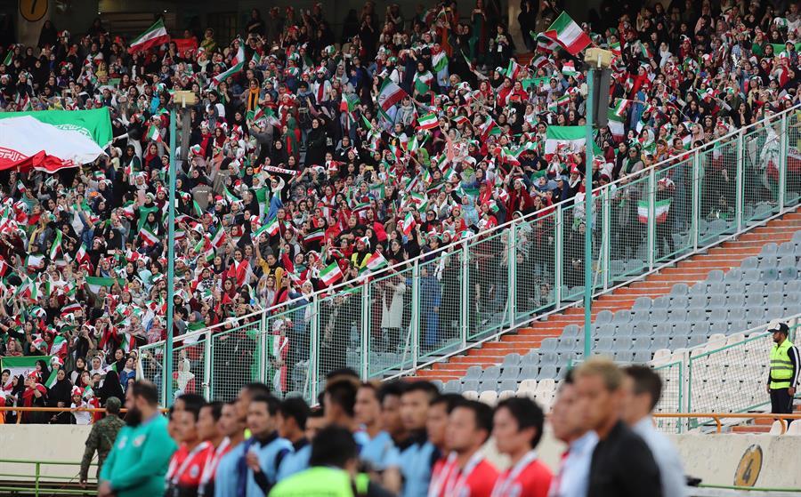 Mujeres iraníes hacen historia al entrar a estadio de futbol