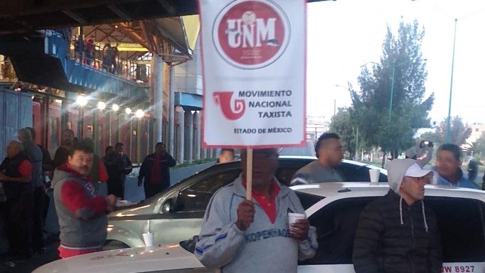 Taxistas extienden protesta y bloquean Avenida Central - Bloqueo de taxistas sobre la Av Central. Foto de @AMXNoticias