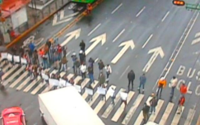 Bloqueo de comerciantes en Eje Central genera caos vial - Bloqueo en Eje Central
