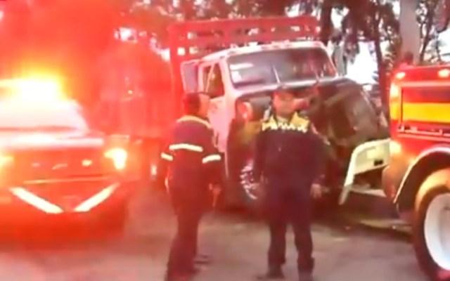 Volcadura de camión complica tránsito sobre Río Churubusco - Camión de tierra volcado sobre Río Churubusco. Captura de pantalla / Foro Tv