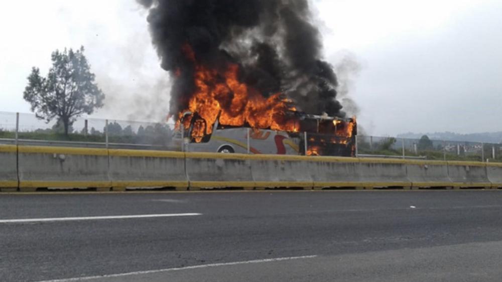 Autobús de pasajeros se incendia en la México-Puebla - Foto de @ReporteraReyes