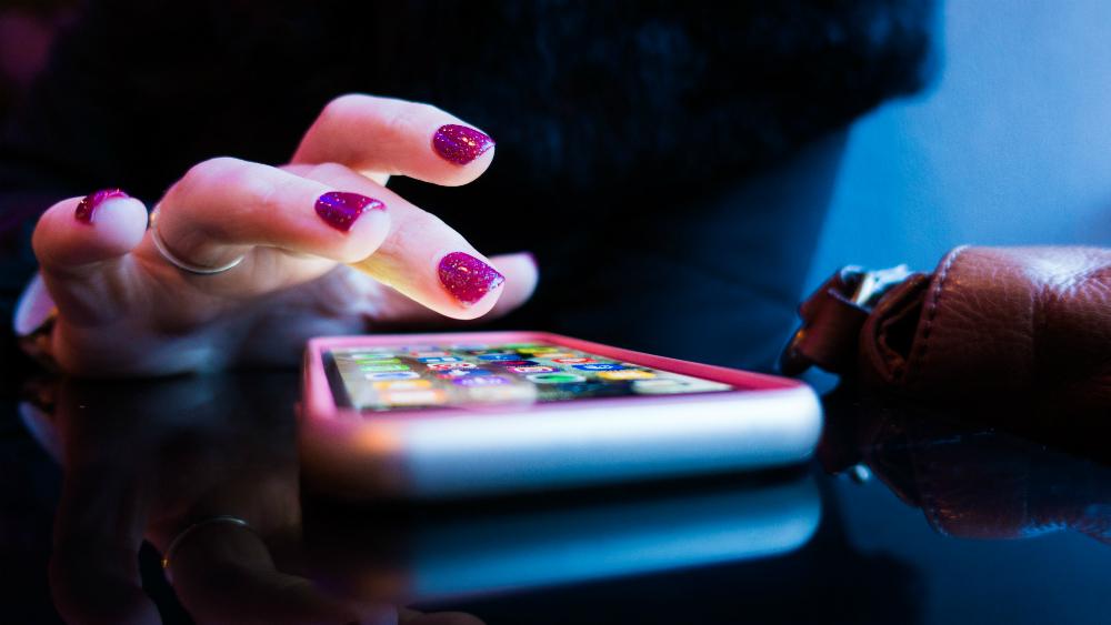 Juez Gómez Fierro otorga 28 nuevas suspensiones contra padrón de celulares - Mujer usa celular. Foto de Rob Hampson para Unsplash