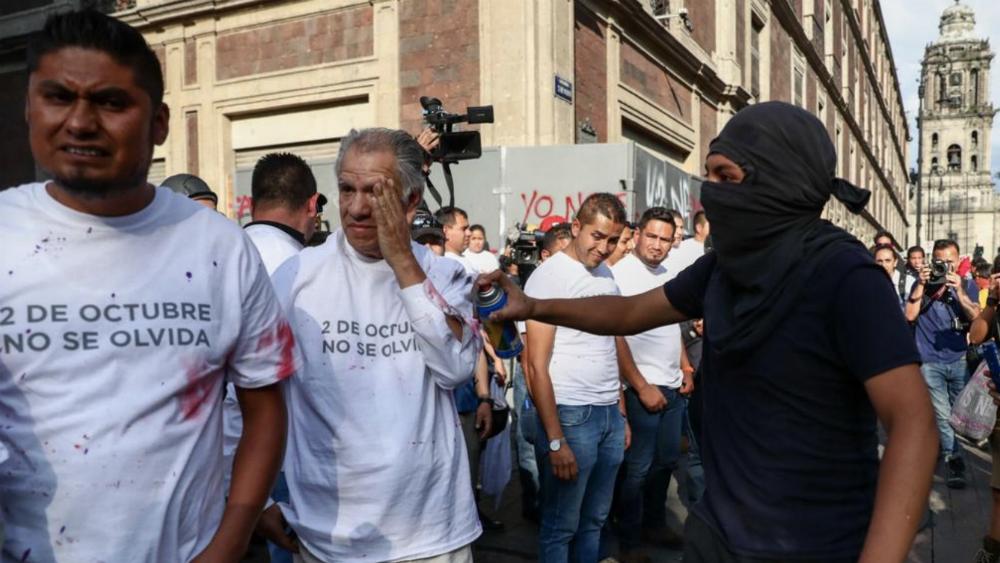 """Encapuchado agrede a personas que formaban """"cinturón de paz"""" - Foto de Diego Simón Sánchez / El Universal"""