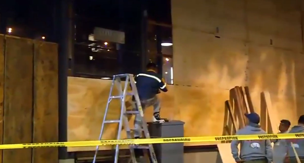 Colocación de tablas alrededor de edificios. Captura de pantalla / Noticieros Televisa