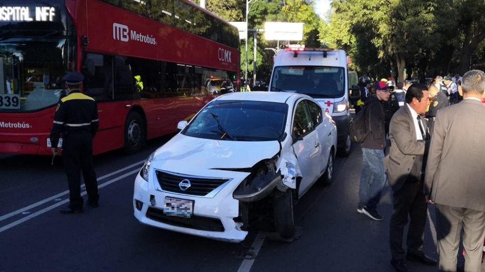Automovilista atropella a cuatro personas sobre Paseo de la Reforma - Daños del vehículo con el que automovilista atropelló a cuatro personas sobre Paseo de la Reforma. Foto de @MrElDiablo8