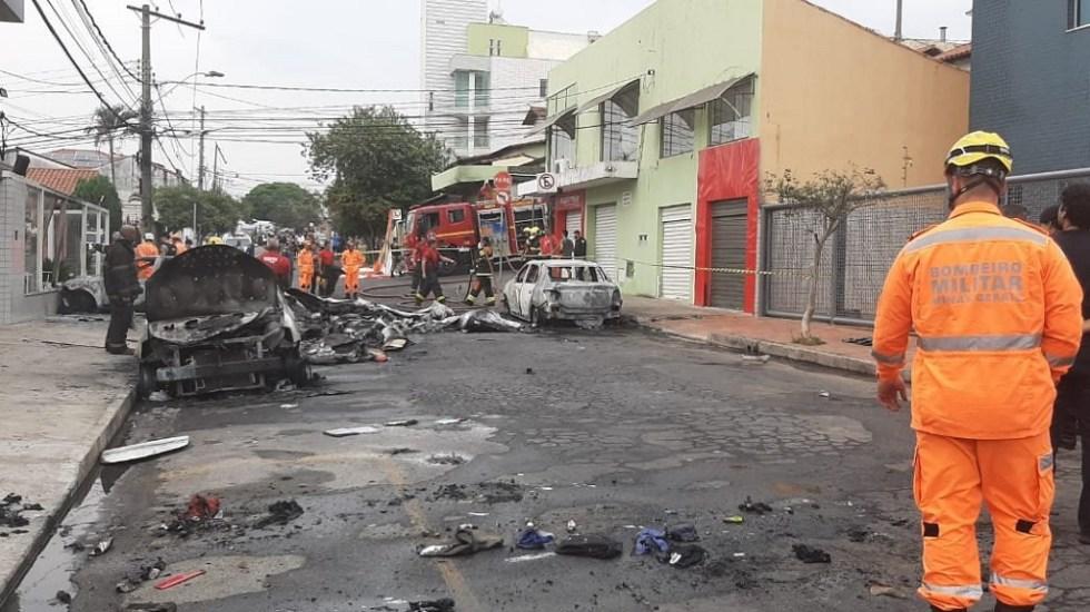 Avión pequeño se desploma sobre autos en Brasil y mata a tres - Varios autos quedaron calcinados tras la caída de un avión pequeño, en Brasil. Foto de @otempo